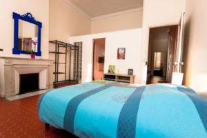 Les Tomettes chambres d'hôtes à Marseille, lit chambre ciel bleu