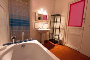 Les Tomettes chambres d'hôtes à Marseille, salle de bain chambre côté jardin