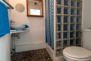 Les Tomettes chambres d'hôtes à Marseille, salle de bain chambre zen